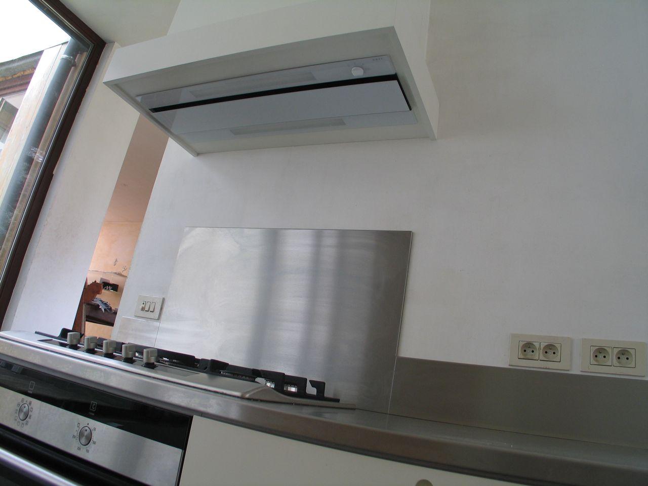 Inox Keuken Plaat : De dampafzuigkap is een toestel met glasplaatafwerking onderaan en is