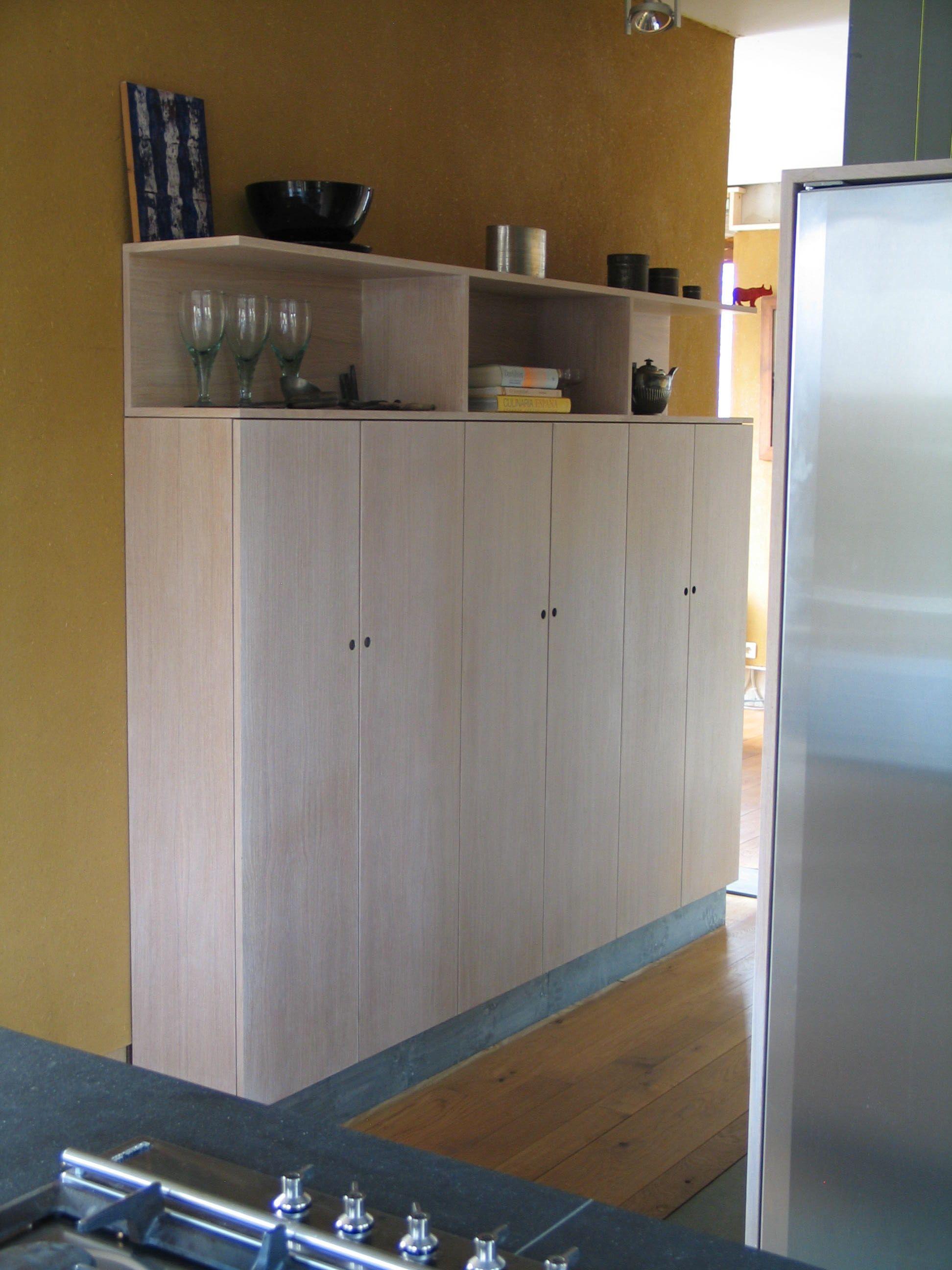Keuken Opbergkast : zeer handige opbergkast, waarin ook een microgolfoven is verborgen