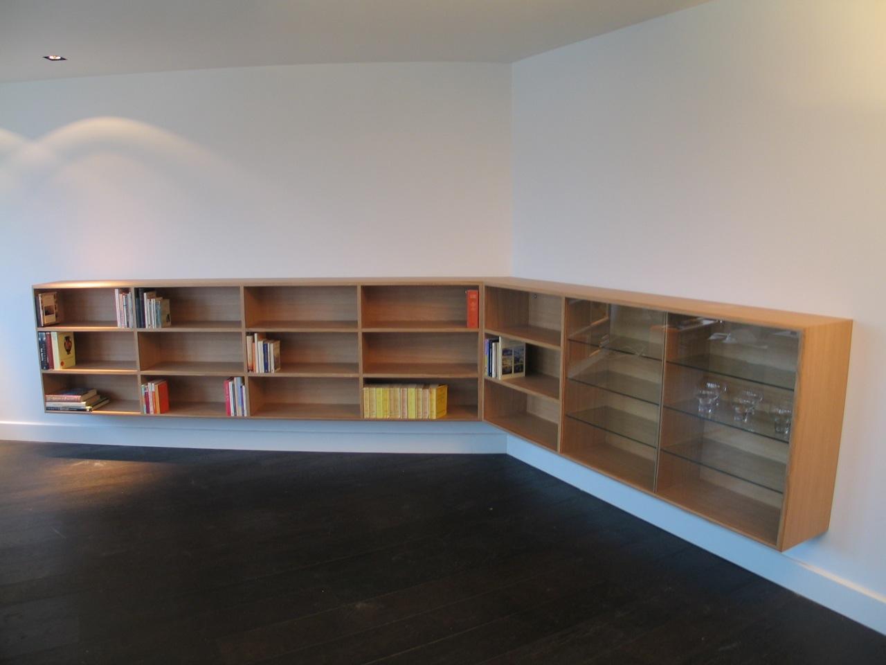 Zwevende Kast Keuken : in een schuine hoek. Het rechterdeel van de kast heeft glazen deuren